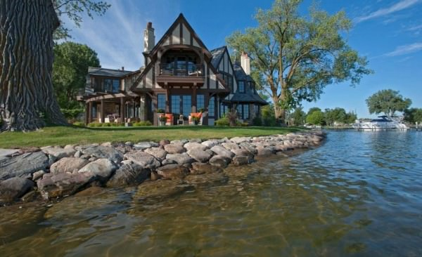 Amazing-lake-views-from-this-tudor-style-house