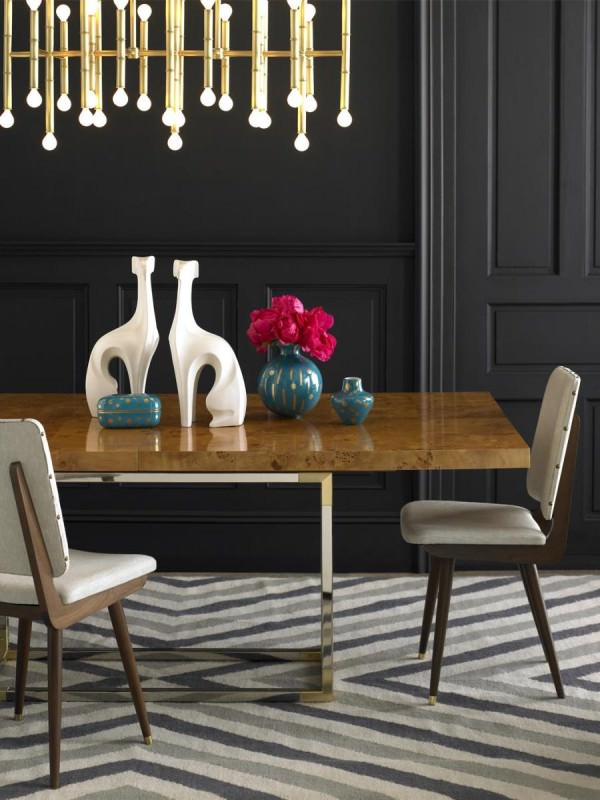 Elegant-dining-room-with-bold-pendant-lighting