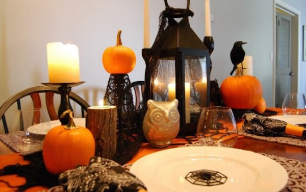 Adorable-black-and-orange-Halloween-dinner-setting-with-pumpkins-crows-owls