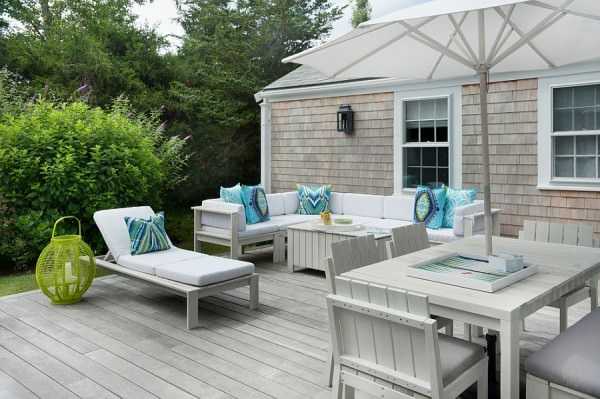 All-white-outdoor-decor-for-the-deck-with-light-blue-accent-pillows
