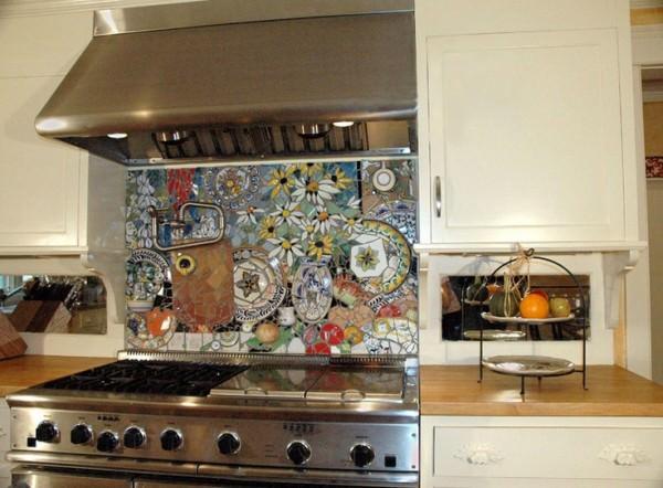 Amazingly-detailed-stove-backsplash-with-colorful-plates