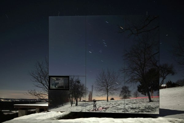 Casa-Invisible-concept-facade-at-night
