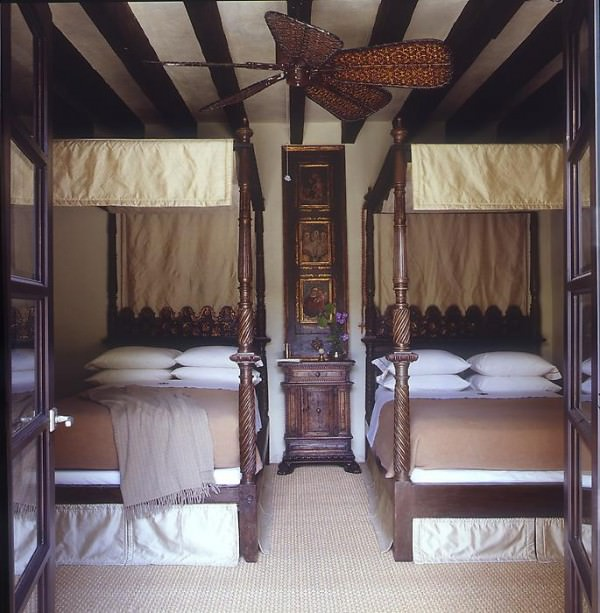 Elegant-four-post-twin-beds-with-a-touch-of-gold