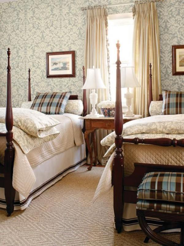 Four-post-twin-beds-with-elegant-bedding-and-wallpaper