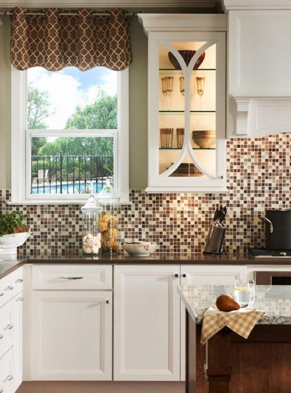 Kitchen-backsplash-with-different-shades-of-brown-and-neutral-colors