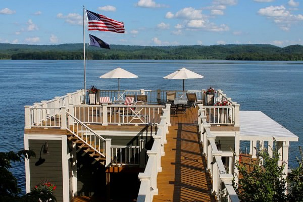 Open-beach-style-deck-of-Alabama-Lake-House