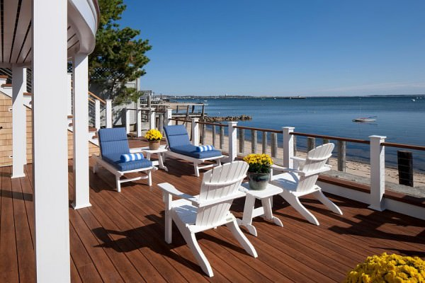 Railing-in-Ipe-wood-and-Zuri-decking-sets-the-tone-for-the-coastal-retreat