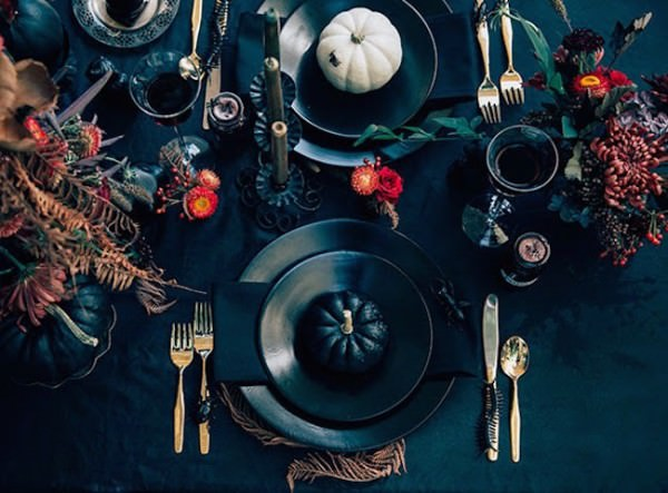 Very-elegant-black-Halloween-table-setting-with-pumpkins-and-autumn-foliage