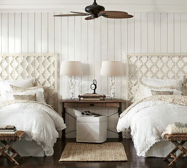 White-coastal-themed-guest-room-with-twin-beds