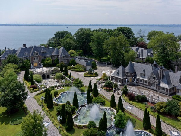 located-in-the-village-of-kings-point-the-8-acre-estate-lies-about-25-miles-from-manhattan