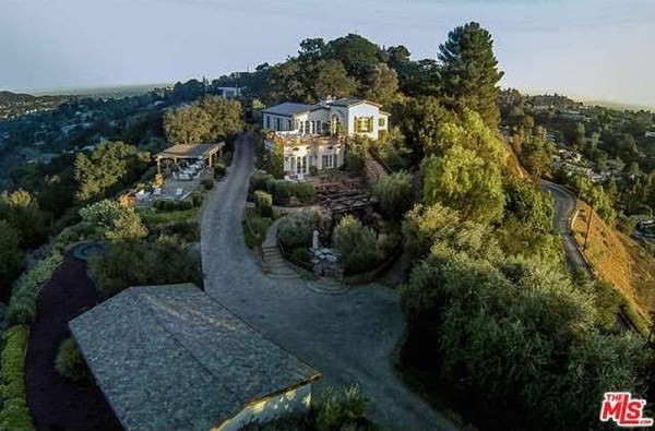 welcome-to-tom-cruises-hollywood-hills-compound-the-home-is-right-off-of-the-famous-mulholland-drive-shielded-from-the-street-by-fences-and-gates-with-a-long-winding-driveway