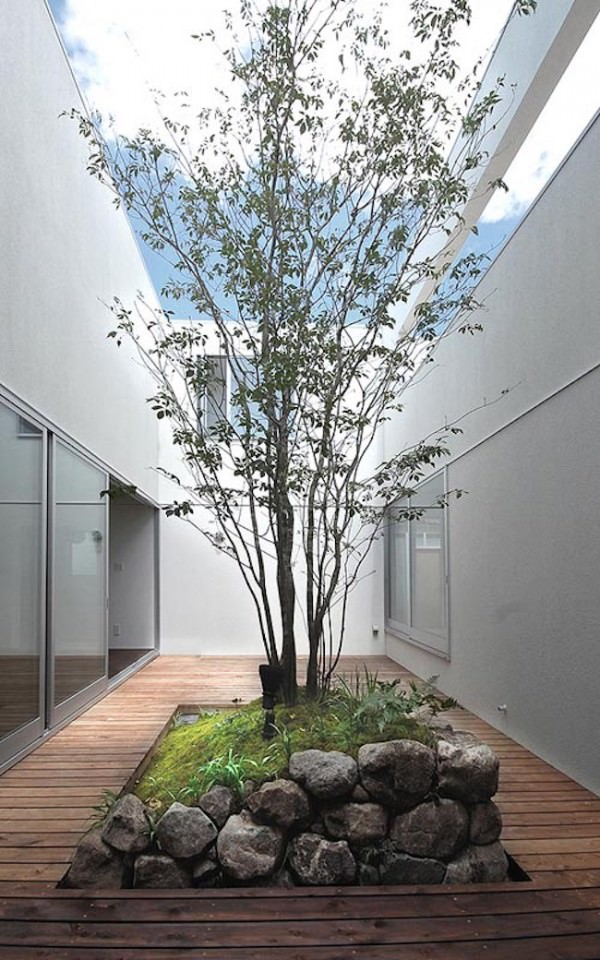 Courtyard-with-rock-garden-and-surrounding-deck