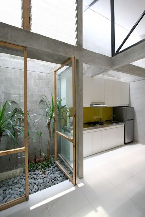 Tiny-courtyard-beside-a-kitchen-in-an-Indonesian-home