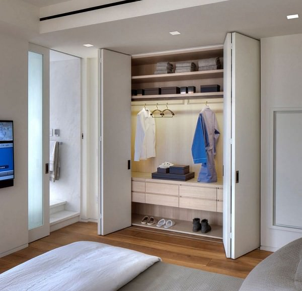 Bedroom-closet-in-the-cool-NYC-apartment