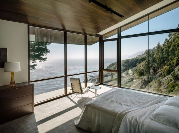 Big-Sur-bedroom-with-a-rocky-beach-view