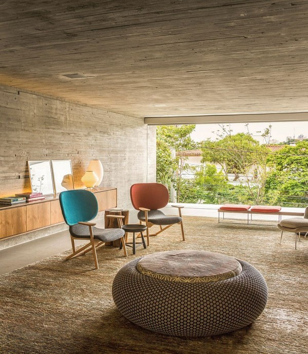 Concrete-and-raw-wood-shape-the-cozy-living-room