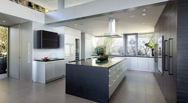 Contemporary-kitchen-in-black-and-white-with-garden-views