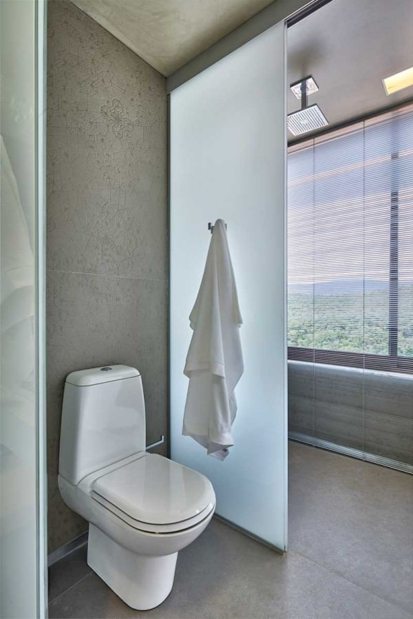 David-Guerra-exhibition-apartment-bathroom-wall