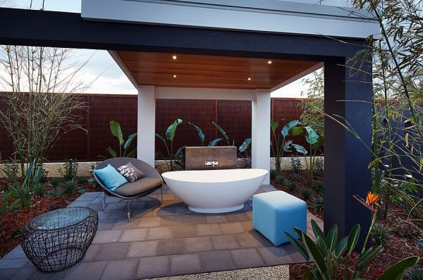 Give-the-porch-an-unexpected-twist-with-the-bathtub