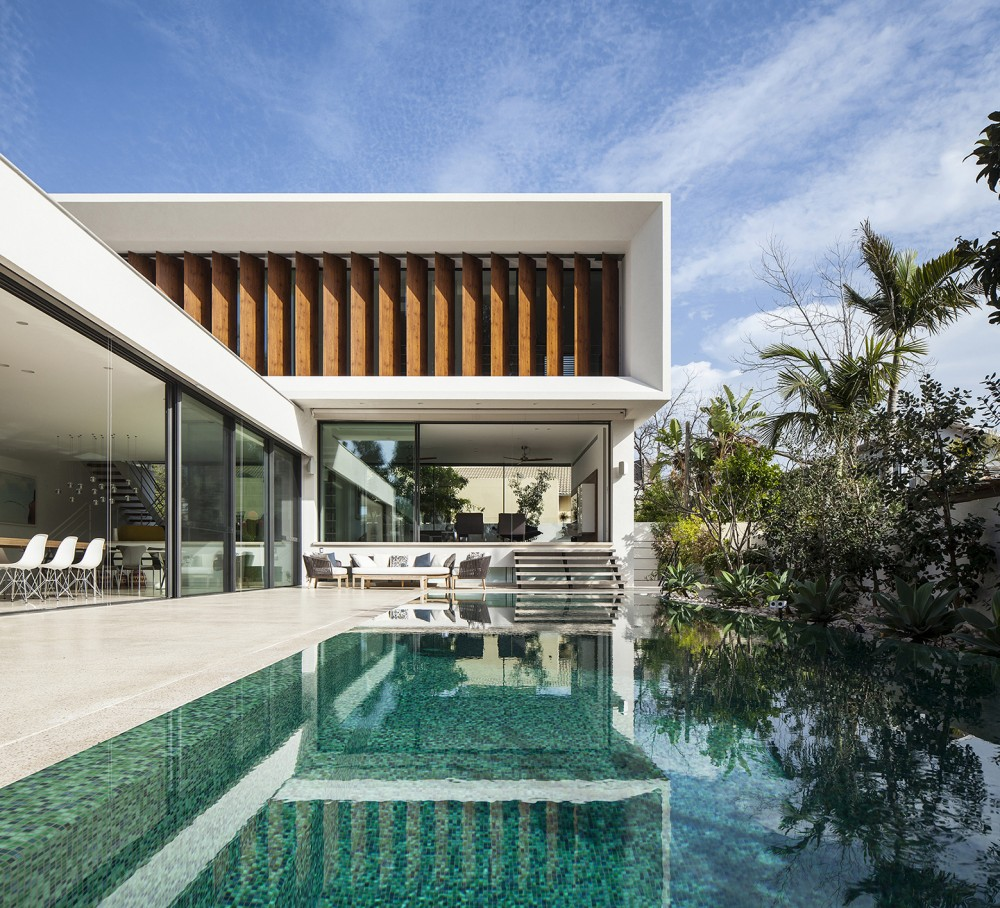 Mediterranean-residence-pool-closeup