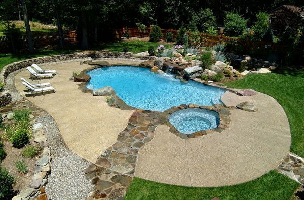 Neat-concrete-pool-deck-with-a-stone-walkway