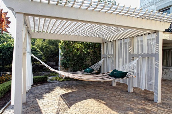 Pergola-offers-ample-shade-for-hammock-hangout
