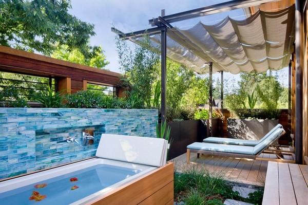Posh-bathtub-turns-the-porch-into-a-private-spa