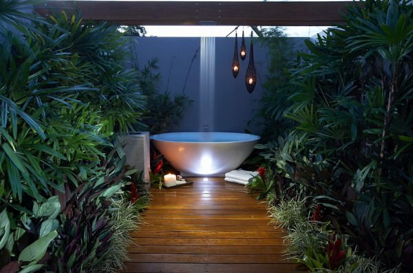 Rain-shower-above-the-bathtub-in-the-patio