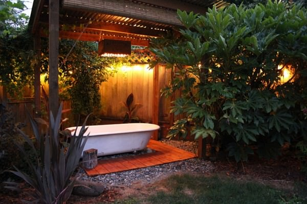 Salvaged-bathtub-at-the-heart-of-a-lovely-backyard-spa