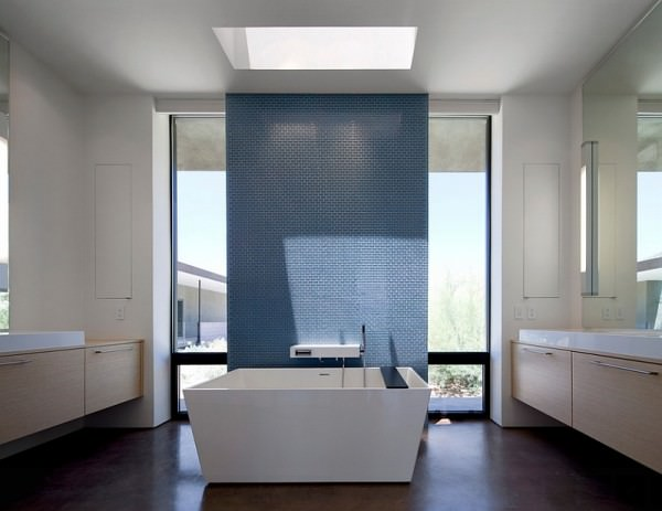 Skylight-sheds-the-spotlight-on-the-accent-wall-in-the-minimalist-bathroom