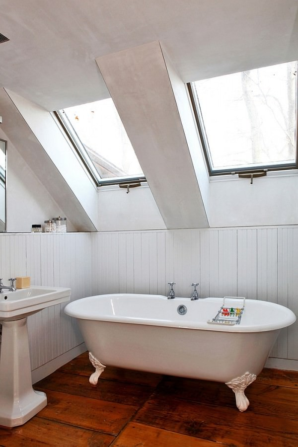 Skylights-turn-the-attic-bathroom-into-a-relaxing-retreat