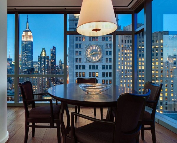 Small-dining-space-in-the-corner-with-New-York-Citys-sparkling-skyline-as-backdrop