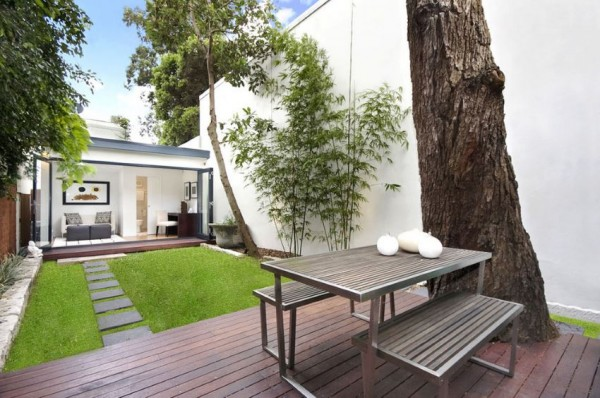 Small-green-lawn-in-a-modern-yard