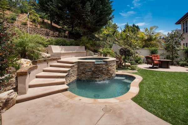 Small-pool-with-Jacuzzi-steals-the-show