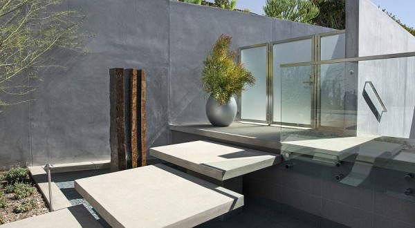 Water-fetaure-with-stepping-stones-creates-a-unique-and-appealing-entry-to-the-Californian-home