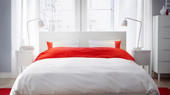 dormitor cu covertura rosie