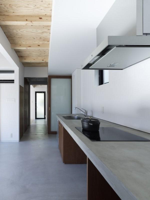 house-higashi-kubancho-kazuya-saito-architects-concrete-countertop-kitchen-768x1024