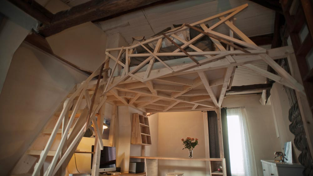 mezzacabane-small-apartment-geometric-platform