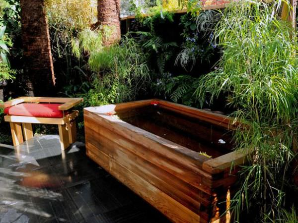 rustic-wooden-outdoor-bathtub